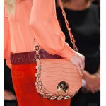 How to wear a pink leather handbag-Bag Fashionista