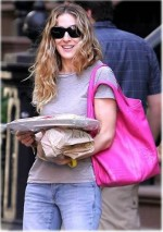 Sarah Jessica Parker with pink leather handbag